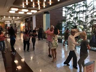 Aula de forró gratuita em clima junino no Américas Shopping