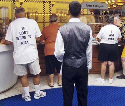 alte Leute mit lustigem T-Shirt Spruch Allzheimer