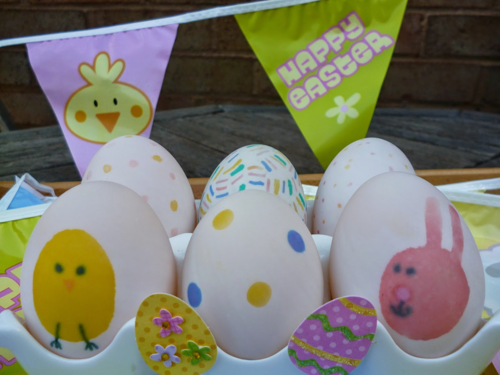 Fun craft idea decorating Easter Eggs with pen
