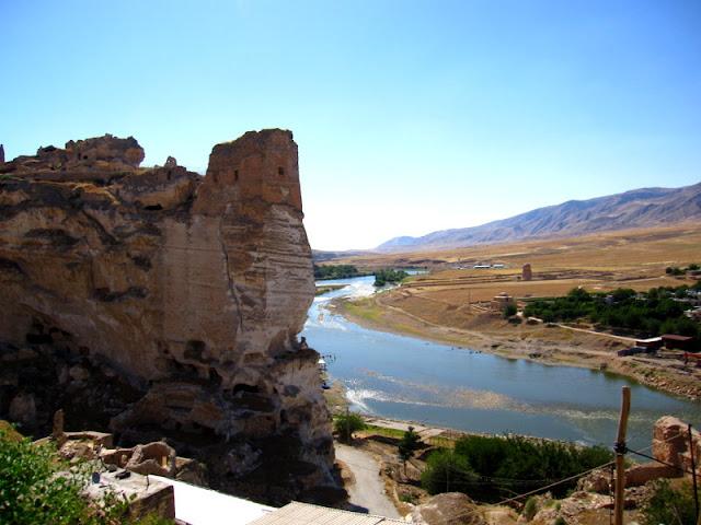 Хасанкейф (тур. Hasankeyf) — город и район в провинции Батман (Турция), на реке Тигр. Населён преимущественно курдами.  Древний город возрастом около 3 тысяч лет, имеет множество культурных слоёв разных эпохи тысячелетий. Самый древний слой, это древние жилища вырезанные в камне. Множество расположены в скалах скалистых утёсов, друг над другом, это первые прототипы многоэтажных домов. На некоторых скалах можно обнаружить десяток этажей каменных комнат и жилищ. Начиная с Римской эпохи горожане стали переходить на более современные наземные сооружения. Но даже сегодня можно найти множество семей в этой местности, которые продолжают жить как и их предки в древних жилищах внутри скал.
