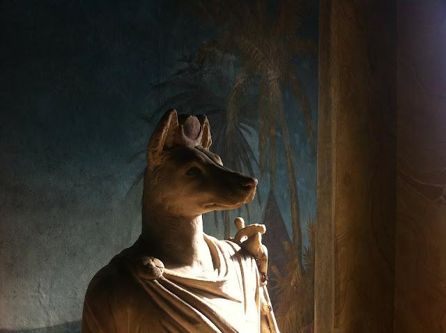 anubis bóg z głową szakala psa mumifikacja zycie pozagrobowe zaświaty