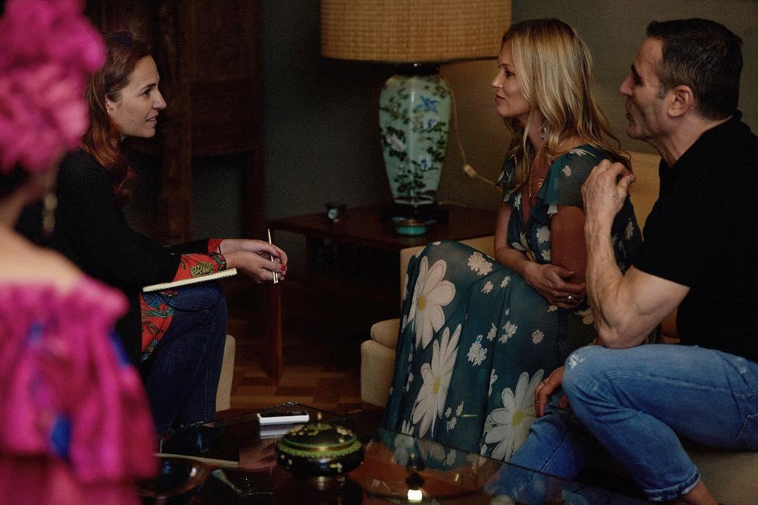 Vanina Rosenthal entrevistando a Kate Moss en compañía de Jorge Yarur director del Museo de la Moda