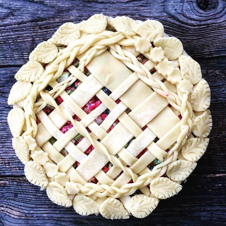 Pletena pita od malina, borovnica i rabarbare