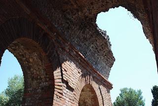 restes du déambulatoire couvert en haut des gradins.