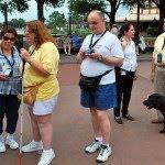 Pessoa cega acompanhada de um guia
