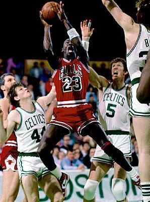 843b1c6bbc Az ifjú Michael Jordan Danny Ainge (44), Bill Walton (5) és Larry Bird  (háttal) szorításában