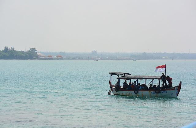 Kapal kecil membawa pengunjung ke pulau panjang