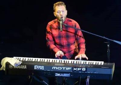 Foto de Noel Schajris cantando en concierto