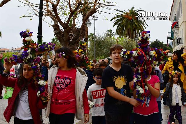 Μικρά παιδιά αναβίωσαν το έθιμο του Λαζάρου στο Πασχαλινά στολισμένο Ναύπλιο (βίντεο)