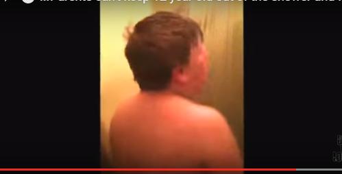"""بالفيديو تأخر إبنه بالحمام فوضع له """"كاميرا"""" وهذا ما شاهده !"""