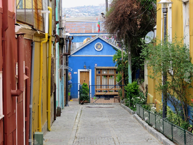 Valparaíso Day Trip from Santiago: colorful blue building down an alleyway