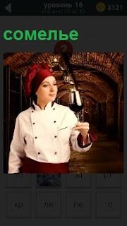 Девушка сомелье пробует на вкус вино в подвале где оно хранится