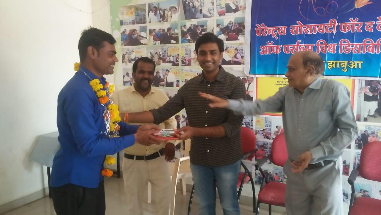 Jhabua News- दिव्यांगजनों के बीच उनके शिक्षकों का सम्मान कर मनाया शिक्षक दिवस