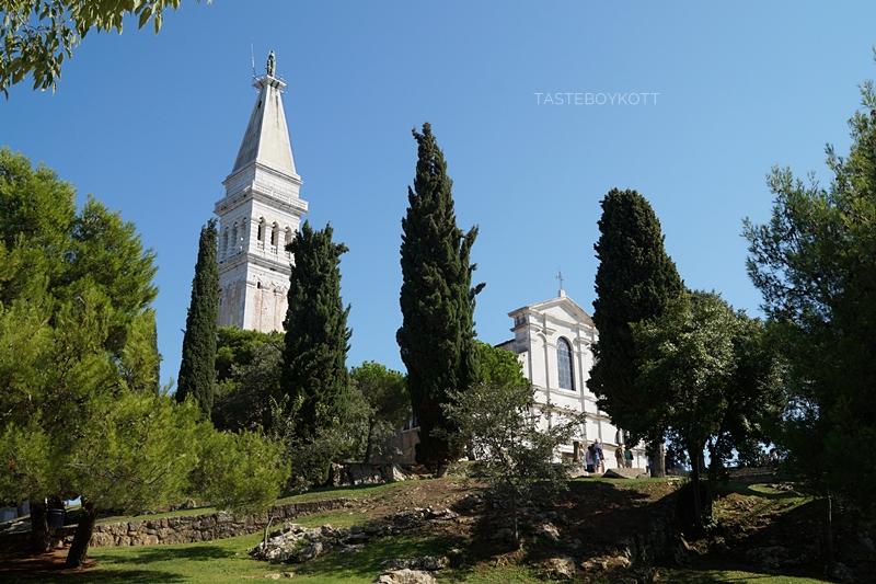 Kirche Sv. Eufemije auf dem Berg von Rovinj, Istrien, Kroatien vor blauem Himmel im Sommer, traumhaft im Grünen!