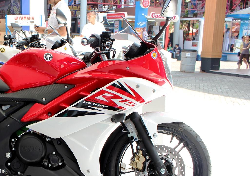 Yamaha akan coba menahan sementara Honda CBR 150R Facelift 2016 dengan menggunakan Yamaha R15 Suspensi OHLINS ?