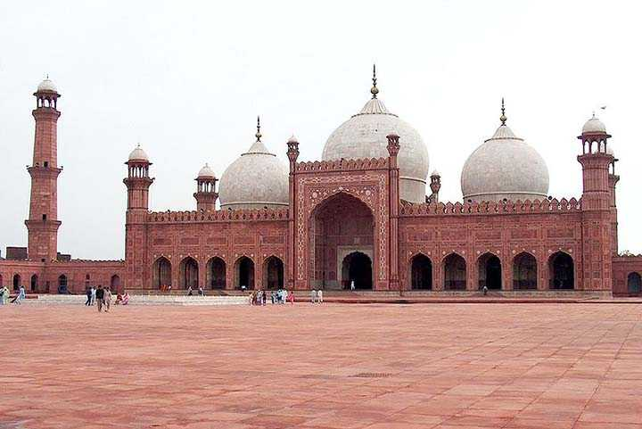 pakistan önünde geniş meydanı olan bir cami resmi
