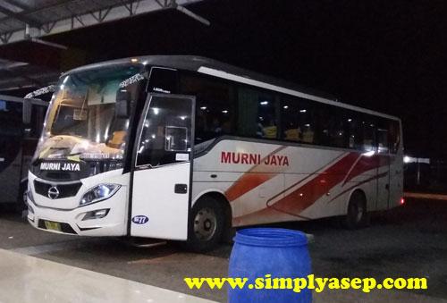 """MEGAH :  Bis Murni Jaya inilah yang saya sekeluarga tumpangi.  Foto ini diambil beberapa saat sebelum saya dinyatakan nyaris """"tersesat"""" dan nyaris tertinggal bis setelah sholat. Foto Asep Haryono"""