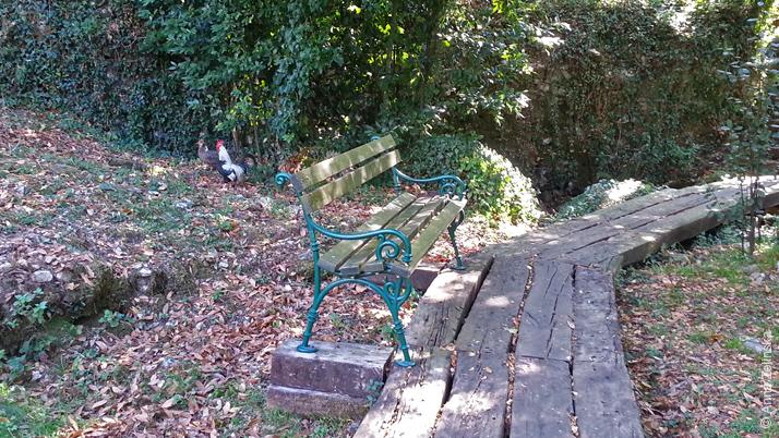 Скамейка в парке ресторана Чатовича Млини