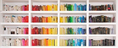 estante con libros organizado por colores