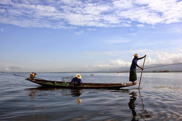 Pescadores remando en el Lago Inle