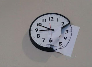 reloj de pared reparado con papel