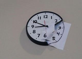 reloj de pared reparado con papel