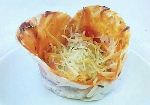 Pizza de jamón york y queso en forma de vasitos