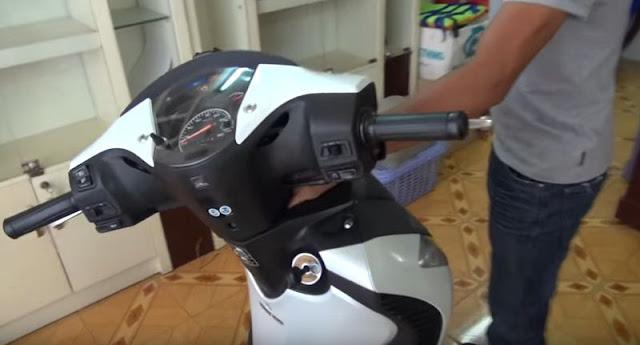 Cách mở cốp xe máy khi quên chìa khóa trong cốp