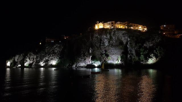Vista notturna del centro storico di Agropoli