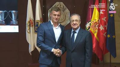 Toni kroos en su renovación con el presidente Florentino Perez