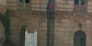 Αναρχικοί και ομοφυλόφιλοι υπέστειλαν την Ελληνική σημαία, η ΕΛΑΣ… ψύχραιμη