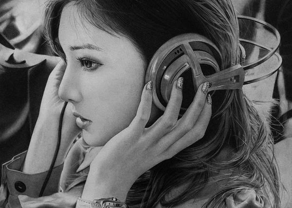 Retrato a lápiz de mujeres asiática con audífonos.