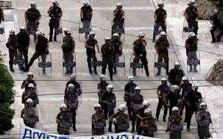 4 σειρές ανδρών των ΜΑΤ μπροστά από την Βουλή