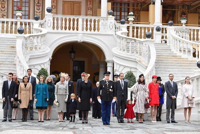 Familia Grimaldi al completo frente al palacio