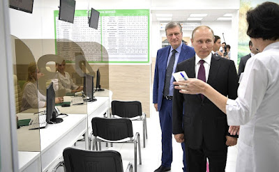 Vladimir Putin during a visit to Polyclinic No. 1 of the Kirov Clinical Diagnostic Center.
