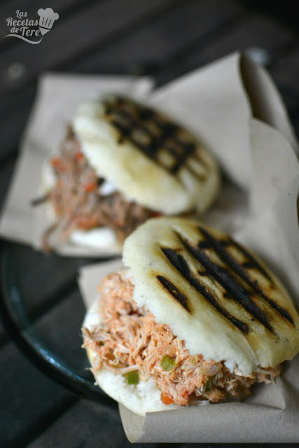 Arepas rellenas con carne mechada y con pollo 02