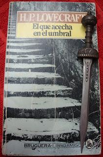 Portada del libro El que acecha en el umbral, de H. P. Lovecraft y August Derleth