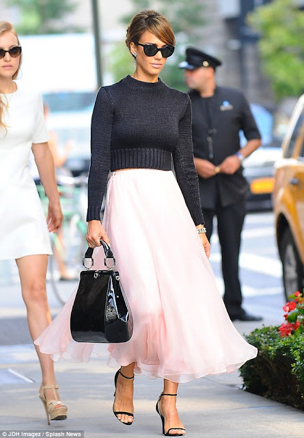 http://www.dailymail.co.uk/tvshowbiz/article-2418935/Jessica-Alba-outshines-catwalk-models-pretty-pink-chiffon-skirt-Ralph-Lauren-NYFW-runway-show.html