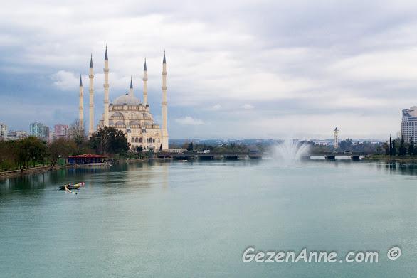 Seyhan nehri ve nehir kıyısındaki Sabancı Merkez Cami, Adana
