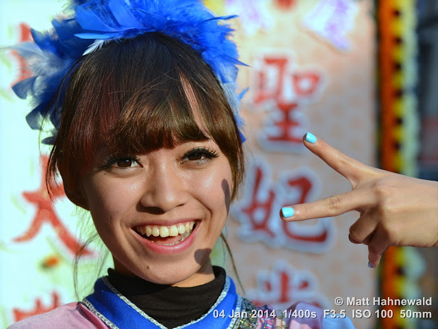 people, street portrait, East Asia, V sign, Taiwanese beauty, Taiwanese woman, © Matt Hahnewald, Facing the World, 50 mm prime lens, Kaohsiung, Taiwan