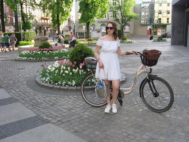 Projekt wiosna, miasto i rower – stylizacja z białą hiszpanką