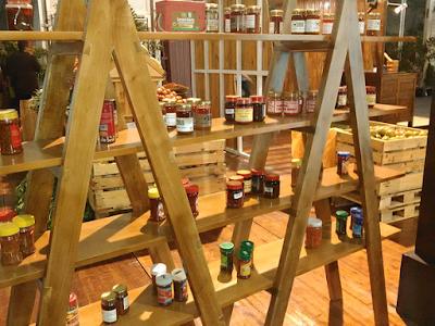 Berbagai macam sambal dalam kemasan dipamerkan di suatu pameran UMKM