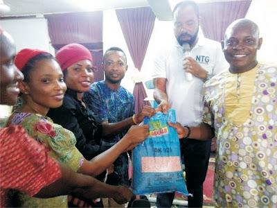 Udom Emmanuel gives free hybrid maize to farmers