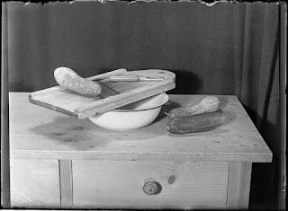 Stillleben Gurken mit Gurkenhobel auf Tisch, Glasnegativ 1930-1942