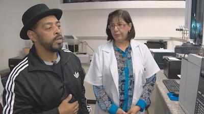 Thaíde conversa com profissional no centro de toxicologia - Divulgação/Band