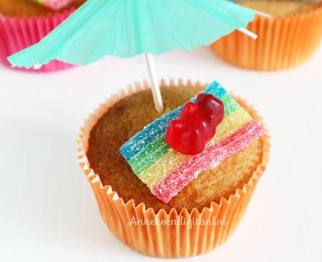 strand traktatie cupcakes, strand cupcakes, beertjes traktatie, traktatie met haribo beertjes, haribo beertjes cupcakes, recept vanille cupcakes