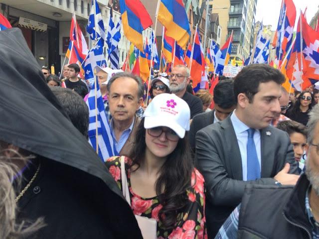 Η νεοεκλεγείσα βουλευτής στην ομοσπονδιακή Βουλή του Καναδά Εμμανουέλα Λαμπροπούλου έδωσε το παρών στην πορεία. Πίσω της ο πρόεδρος του Ελληνοκαναδικού Κογκρέσου Δρ. Θεόδωρος Χαλάτσης