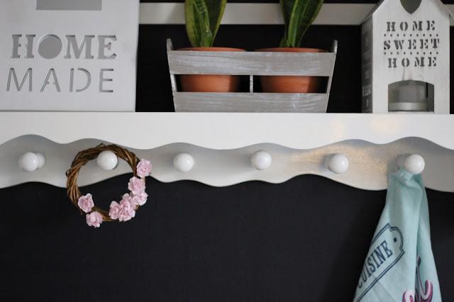 biała półka w kuchni, wiosenny wianek