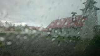 Valokuvaaja Dimi Doukas - sadetta pitämässä autossa