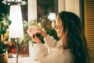 Jeune femme avec une rose